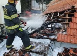 حيفا – اخماد حريق على سطح قرميدي