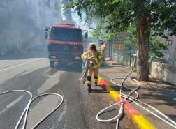 اندلاع حريق بمساحات أشواك بين مبانٍ سكنية ومنازل في مدينة حيفا