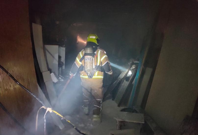 تخليص عالقين جراء حريق كبير شب في منجره