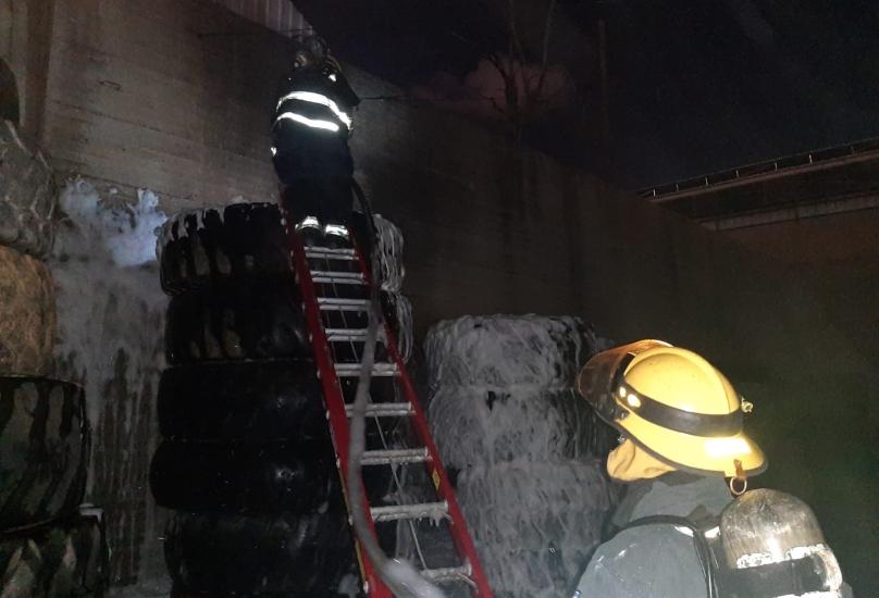 اندلاع حريق داخل مخزن للإطارات في خليج حيفا