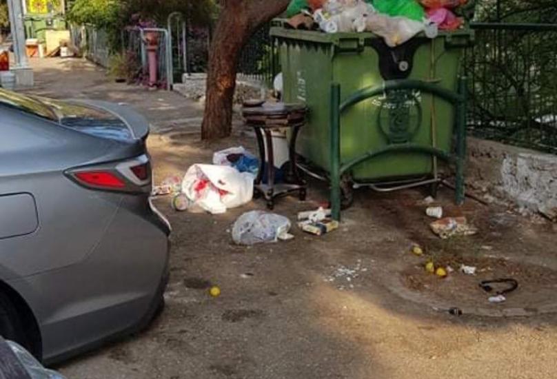 عائلة عربية تبادر بتنظيف تراكمات القمامة وتسأل : اين البلدية؟!